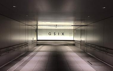 ③GSIXに到着されましたら、サインに向かって左手のオフィスエントランスをお入りください。※右手は商業施設の入口です。
