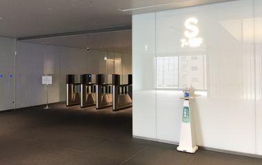 ②右奥のSゲートからお入りいただき、エレベーターにて11階までお上がりください。